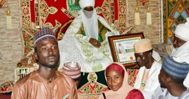 Emir of Kano Muhammadu Sunusi II Honored by ABU Students. 4
